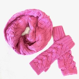 gap | infinity scarf + fingerless gloves.